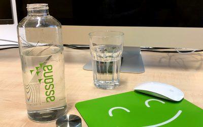 Glas statt Plastikflaschen: Daraus trinkt das assona-Team