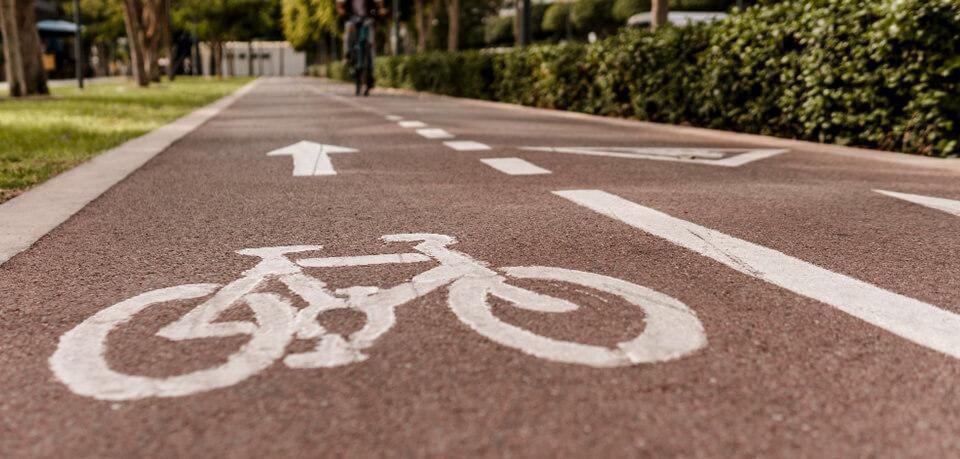 Fahrradfahrer auf Fahrradweg