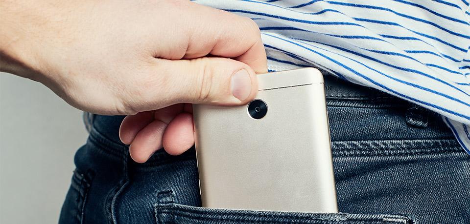 Dieb stiehlt Handy aus Hosentasche
