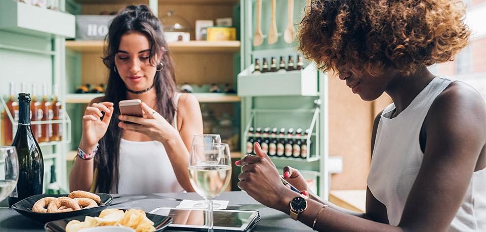 Phubbing: Menschen, die aufs Handy starren